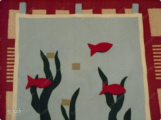 """""""Рыбки в пруду"""". Это мини-коврик. На голубую ткань настрочить """"зеленые водоросли"""", из красного сукна рыбки, к рыбкам притачала одну часть липучки, другую часть липучки - к кврику, т.о. рыбки ребенок прикрепляет к """"пруду"""" легко. Эта игрушка учит закреплять у ребенка понятия правой и левой сторон, т.к. рыбки могут """"плавать"""" в разные стороны. А еще можно их прикреплять по направлению : вверх, вниз. фото 2"""