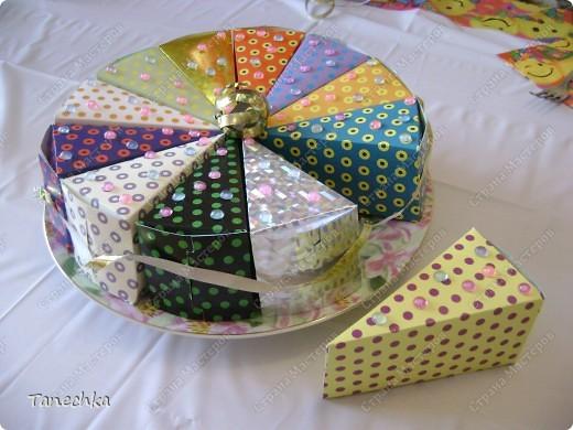 Этот тортик мы с сыном делали на его день рождения в подарок гостям. Внутри - конфетки. фото 2