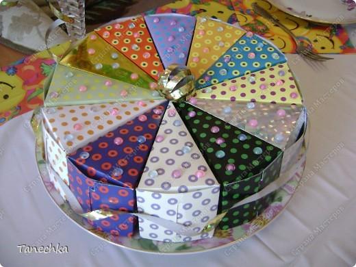 Этот тортик мы с сыном делали на его день рождения в подарок гостям. Внутри - конфетки. фото 1
