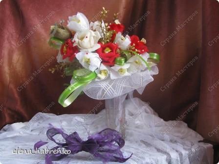 Подруга приглашена на свадьбу. Вот и весь повод. Решили поразить необычным подарком. Вот и получился такой вот букет из конфет. Пока стоит в вазе.  В основании микрофон. Он предназначается невесте. Т.е. - это букет для невесты. фото 1