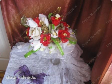 Подруга приглашена на свадьбу. Вот и весь повод. Решили поразить необычным подарком. Вот и получился такой вот букет из конфет. Пока стоит в вазе.  В основании микрофон. Он предназначается невесте. Т.е. - это букет для невесты. фото 2