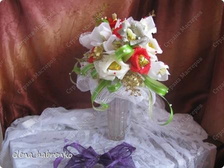 Подруга приглашена на свадьбу. Вот и весь повод. Решили поразить необычным подарком. Вот и получился такой вот букет из конфет. Пока стоит в вазе.  В основании микрофон. Он предназначается невесте. Т.е. - это букет для невесты. фото 4