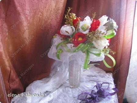Подруга приглашена на свадьбу. Вот и весь повод. Решили поразить необычным подарком. Вот и получился такой вот букет из конфет. Пока стоит в вазе.  В основании микрофон. Он предназначается невесте. Т.е. - это букет для невесты. фото 5
