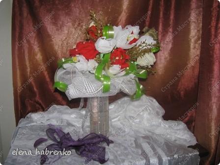 Подруга приглашена на свадьбу. Вот и весь повод. Решили поразить необычным подарком. Вот и получился такой вот букет из конфет. Пока стоит в вазе.  В основании микрофон. Он предназначается невесте. Т.е. - это букет для невесты. фото 6