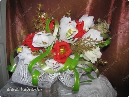 Подруга приглашена на свадьбу. Вот и весь повод. Решили поразить необычным подарком. Вот и получился такой вот букет из конфет. Пока стоит в вазе.  В основании микрофон. Он предназначается невесте. Т.е. - это букет для невесты. фото 7