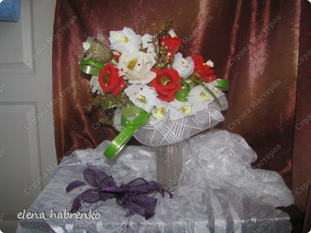 Подруга приглашена на свадьбу. Вот и весь повод. Решили поразить необычным подарком. Вот и получился такой вот букет из конфет. Пока стоит в вазе.  В основании микрофон. Он предназначается невесте. Т.е. - это букет для невесты. фото 8