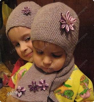 Связала внучкам шапочки и приукрасила их цветочками канзаши. фото 1
