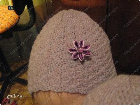 Связала внучкам шапочки и приукрасила их цветочками канзаши. фото 2