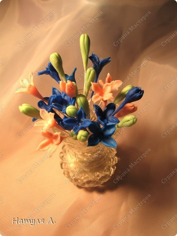 Ну вот...уже среда, время 2:16  .... доделала серединки. В готовый...высохший цветочек капнула капельку ПВА ...и вдавила зубочисткой шарик желтого цвета...придавая форму и рельеф сердцевинки.... фото 2