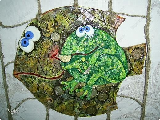 Меня попросили сделать на подарок рыбу с денежной лягушкой. Лягушку мне разрешила у себя стащить ANAID- Дианочка, спасибо ей огромное!!!! Уж очень мне ее жадинка понравилась)))) Попросили рыбу в сетях, снова плела, спасибо Тамаре за шпагат, прямо не знаю что делать буду как он закончится, надо у нас еще раз поискать)))) фото 2