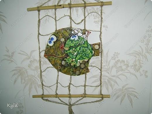 Меня попросили сделать на подарок рыбу с денежной лягушкой. Лягушку мне разрешила у себя стащить ANAID- Дианочка, спасибо ей огромное!!!! Уж очень мне ее жадинка понравилась)))) Попросили рыбу в сетях, снова плела, спасибо Тамаре за шпагат, прямо не знаю что делать буду как он закончится, надо у нас еще раз поискать)))) фото 1