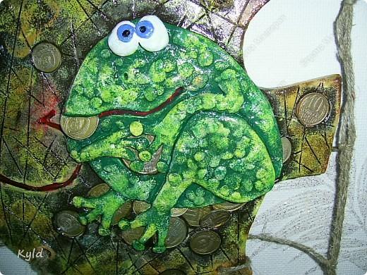 Меня попросили сделать на подарок рыбу с денежной лягушкой. Лягушку мне разрешила у себя стащить ANAID- Дианочка, спасибо ей огромное!!!! Уж очень мне ее жадинка понравилась)))) Попросили рыбу в сетях, снова плела, спасибо Тамаре за шпагат, прямо не знаю что делать буду как он закончится, надо у нас еще раз поискать)))) фото 3