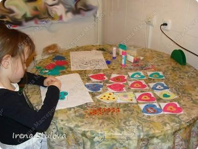 Наши с Настей валентинки. Скачала в интернете раскраску, разрезала на сердечки и дала Насте. Она увидела валентинки моих малышей и решила делать только такие. фото 2
