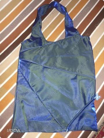 Когда-то давно я купила хозяйственную сумку- трансформер. Очень удобная вещь,но к сожалению до такой степени истрепалась,что подлежала только замене. И еще зонт сломался .... Вот и пришла мне в голову идея сшить сумку из зонта.   фото 2
