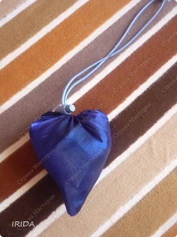 Когда-то давно я купила хозяйственную сумку- трансформер. Очень удобная вещь,но к сожалению до такой степени истрепалась,что подлежала только замене. И еще зонт сломался .... Вот и пришла мне в голову идея сшить сумку из зонта.   фото 3