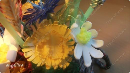 Вот такие цветочки я сделала из пластиковых бутылок для своего газетного велика :)Хотелось что то полевое,как в песне:я буду долго гнать велосипед, в густых лугах его останолююююю :) На самом деле с этим материалом работать очень приятно и самое главное-никаких затрат,а сколько удовольствия от полученного результата :) фото 5