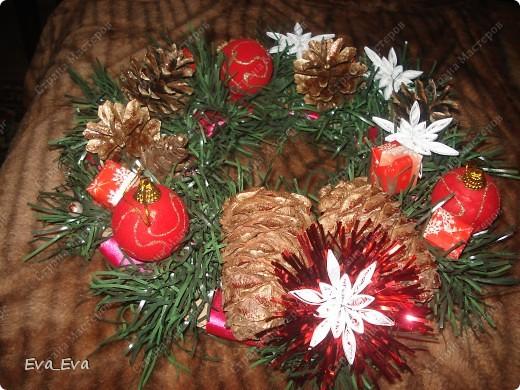 Новогодняя икебана-венок на двери фото 1
