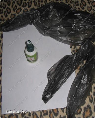 Подойдут любые целлофановые пакеты. У меня это Мешки для мусора. Приклеивать на бумагу ОБЯЗАТЕЛЬНО - иначе клей будет запечатан и не станет высыхать.  фото 2