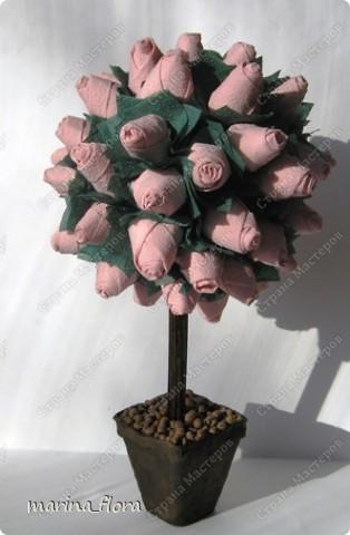 """""""Посреди сада рос огромный розовый куст. Каждую весну на нем расцветали бутоны. Розы, благоухая цвели, затем осыпались, роняя лепестки на землю, и куст выпускал новые бутоны. Так продолжалось до самой осени. Под кустом жила улитка. - И почему люди так восхищаются ими? Что полезного в этих розах? Неужели в мире нет ничего поважнее? - говорила она. Шли годы. Однажды весной куст снова зацвел, но на этот раз на нем было меньше роз, чем всегда. Выползла и улитка. - Ты уже совсем состарился, сказала она розовому кусту. - Ты дал миру все, что мог. А ты задумывался, кому от тебя какая польза? - Нет, - тихо ответил розовый куст, - я радовался жизни и цвел - не мог иначе. - Да, ты жил не тужил, нечего сказать, отозвалась улитка. - Да! Мне было дано так много, - согласился розовый куст, - но и тебе дано многое. Ты тоже можешь удивить мир! - Была охота! Я знать не знаю этот твой мир! - ответила улитка. - Но мне кажется, что каждый должен делиться с миром лучшим, что в нем есть. А что ты дала миру? - Я?! Мне нет дела до этого мира, - сказала улитка и заползла в свою раковину. - Как это грустно, - прошептал куст. - Розы мои опадают, но я видел, как одну из них положила в молитвенник мать семейства, другую - приютила на груди молодая девушка, третью - целовали губы ребенка!... Я был так счастлив! В этом - моя жизнь! Но улитка уже не услышала его, она дремала в своей раковине, и ей не было дела до мира. А розовый куст цвел и благоухал еще сильней, полный радости и счастья."""" (Цитаты из сказки Ганса Христиана Андерсена """"Улитка и розы"""").   фото 5"""