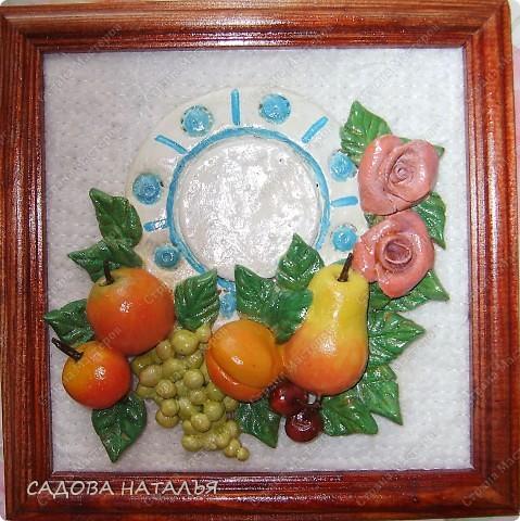 Тарелка и фрукты.