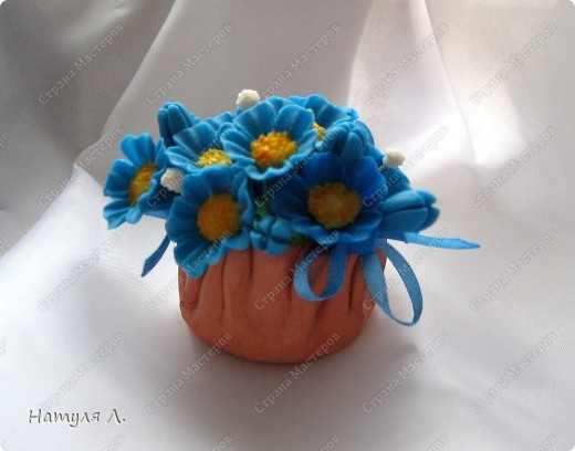 Вот и пришло время оформлять подарки. Корзиночки высохли   http://stranamasterov.ru/node/156514 , цветочки готовы..... Формировала букетик в пенопласте, предварительно вклеив кусочек в корзиночку... фото 1