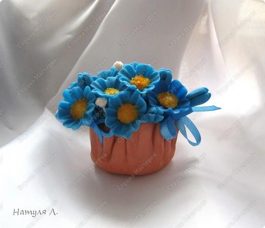Вот и пришло время оформлять подарки. Корзиночки высохли   http://stranamasterov.ru/node/156514 , цветочки готовы..... Формировала букетик в пенопласте, предварительно вклеив кусочек в корзиночку... фото 2