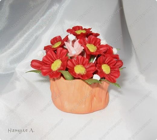 Вот и пришло время оформлять подарки. Корзиночки высохли   http://stranamasterov.ru/node/156514 , цветочки готовы..... Формировала букетик в пенопласте, предварительно вклеив кусочек в корзиночку... фото 3