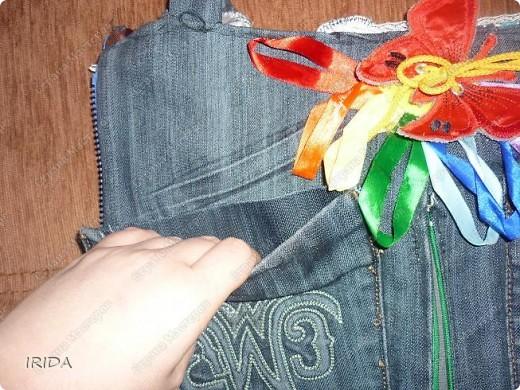 """На создание этой чудесной сумки меня вдохновила книга Ирины Воскресенской """"Развивающие игрушки своими руками"""". Я соединила в одной сумке две ее идеи. Получилась сумка-планшет из старых джинсов.Это просто моя  помощница во всем: в дороге,в гостях и дома. Сшила я ее два года назад,и с тех пор это одна из самых любимых вещей.  фото 11"""