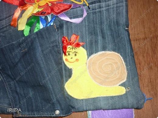 """На создание этой чудесной сумки меня вдохновила книга Ирины Воскресенской """"Развивающие игрушки своими руками"""". Я соединила в одной сумке две ее идеи. Получилась сумка-планшет из старых джинсов.Это просто моя  помощница во всем: в дороге,в гостях и дома. Сшила я ее два года назад,и с тех пор это одна из самых любимых вещей.  фото 12"""
