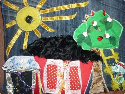 """На создание этой чудесной сумки меня вдохновила книга Ирины Воскресенской """"Развивающие игрушки своими руками"""". Я соединила в одной сумке две ее идеи. Получилась сумка-планшет из старых джинсов.Это просто моя  помощница во всем: в дороге,в гостях и дома. Сшила я ее два года назад,и с тех пор это одна из самых любимых вещей.  фото 2"""