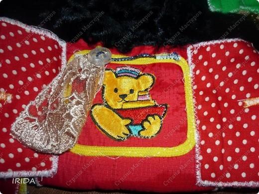 """На создание этой чудесной сумки меня вдохновила книга Ирины Воскресенской """"Развивающие игрушки своими руками"""". Я соединила в одной сумке две ее идеи. Получилась сумка-планшет из старых джинсов.Это просто моя  помощница во всем: в дороге,в гостях и дома. Сшила я ее два года назад,и с тех пор это одна из самых любимых вещей.  фото 5"""