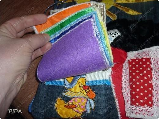 """На создание этой чудесной сумки меня вдохновила книга Ирины Воскресенской """"Развивающие игрушки своими руками"""". Я соединила в одной сумке две ее идеи. Получилась сумка-планшет из старых джинсов.Это просто моя  помощница во всем: в дороге,в гостях и дома. Сшила я ее два года назад,и с тех пор это одна из самых любимых вещей.  фото 7"""