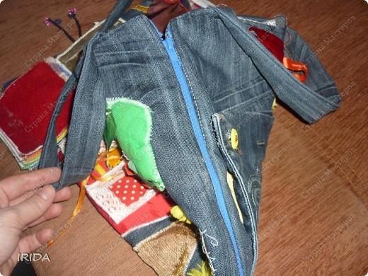 """На создание этой чудесной сумки меня вдохновила книга Ирины Воскресенской """"Развивающие игрушки своими руками"""". Я соединила в одной сумке две ее идеи. Получилась сумка-планшет из старых джинсов.Это просто моя  помощница во всем: в дороге,в гостях и дома. Сшила я ее два года назад,и с тех пор это одна из самых любимых вещей.  фото 14"""