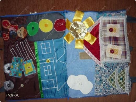 """На создание этой чудесной сумки меня вдохновила книга Ирины Воскресенской """"Развивающие игрушки своими руками"""". Я соединила в одной сумке две ее идеи. Получилась сумка-планшет из старых джинсов.Это просто моя  помощница во всем: в дороге,в гостях и дома. Сшила я ее два года назад,и с тех пор это одна из самых любимых вещей.  фото 15"""