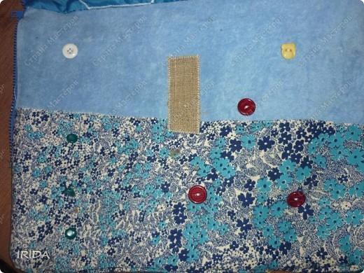 """На создание этой чудесной сумки меня вдохновила книга Ирины Воскресенской """"Развивающие игрушки своими руками"""". Я соединила в одной сумке две ее идеи. Получилась сумка-планшет из старых джинсов.Это просто моя  помощница во всем: в дороге,в гостях и дома. Сшила я ее два года назад,и с тех пор это одна из самых любимых вещей.  фото 17"""