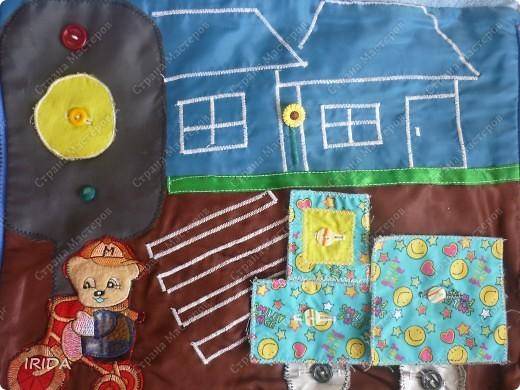 """На создание этой чудесной сумки меня вдохновила книга Ирины Воскресенской """"Развивающие игрушки своими руками"""". Я соединила в одной сумке две ее идеи. Получилась сумка-планшет из старых джинсов.Это просто моя  помощница во всем: в дороге,в гостях и дома. Сшила я ее два года назад,и с тех пор это одна из самых любимых вещей.  фото 19"""