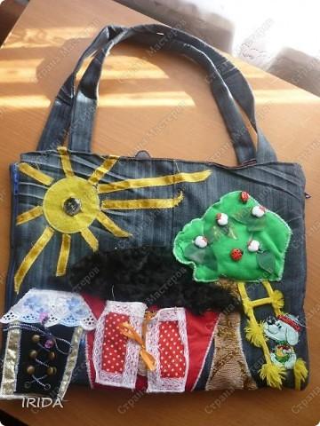 """На создание этой чудесной сумки меня вдохновила книга Ирины Воскресенской """"Развивающие игрушки своими руками"""". Я соединила в одной сумке две ее идеи. Получилась сумка-планшет из старых джинсов.Это просто моя  помощница во всем: в дороге,в гостях и дома. Сшила я ее два года назад,и с тех пор это одна из самых любимых вещей.  фото 1"""