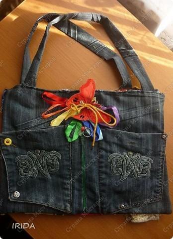 """На создание этой чудесной сумки меня вдохновила книга Ирины Воскресенской """"Развивающие игрушки своими руками"""". Я соединила в одной сумке две ее идеи. Получилась сумка-планшет из старых джинсов.Это просто моя  помощница во всем: в дороге,в гостях и дома. Сшила я ее два года назад,и с тех пор это одна из самых любимых вещей.  фото 8"""