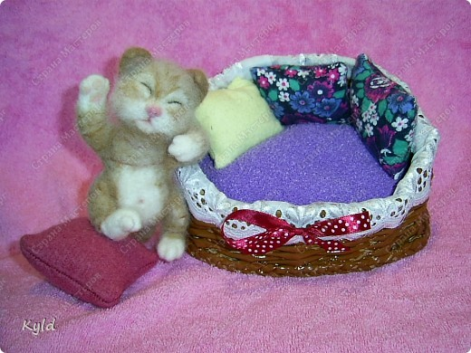 Появился у меня дома вот такой вот маленький соня))) Он все время спит, поэтому я сделала для него корзинку и тюфячок, и подушек побольше, чтобы он видел только самые мягкие и сладкие сны)) фото 8