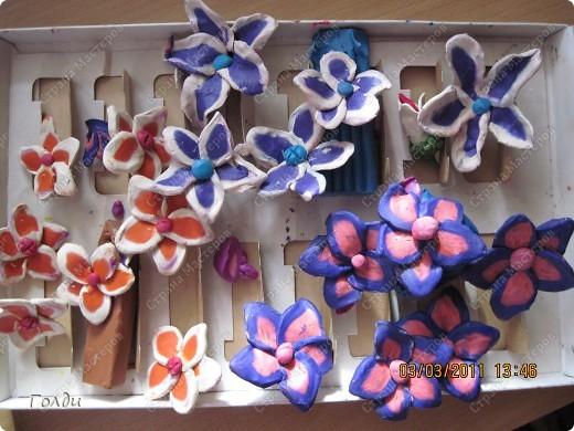 """подарок бабушке на день рождения. Делали по книге Татьяны Николаевны Просняковой """"Цветы"""". Цветы Вика сама делала, очень понравилось ей резать пластилин проволокой, на листочках она утомилась, доделывала я. бабушка в восторге,думала, что фиалки живые)) фото 2"""