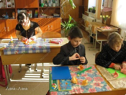 """Такие панно делали сегодня ребята на факультативе """"Творческие мастерские"""". Лилии выполнены из модуля трилистник. фото 3"""