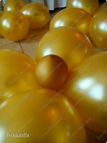 Предлагаю попробовать сделать самостоятельно колонну из воздушных шариков на основе обычной гирлянды. фото 14