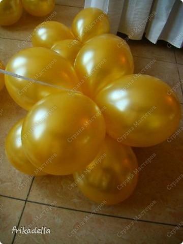Предлагаю попробовать сделать самостоятельно колонну из воздушных шариков на основе обычной гирлянды. фото 15