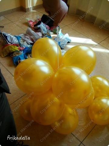 Предлагаю попробовать сделать самостоятельно колонну из воздушных шариков на основе обычной гирлянды. фото 16