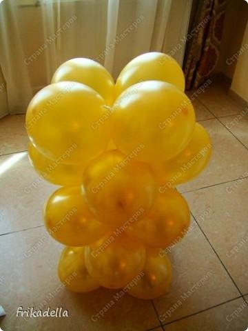 Предлагаю попробовать сделать самостоятельно колонну из воздушных шариков на основе обычной гирлянды. фото 17