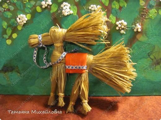 Образ коня – это символ силы, благородства, стремительности, преданности и верности. На первые заклички весны наши предки делали солнечных коней. Их прикрепляли под коньками крыш.  Для поделки использовали ржаную солому. Можно взять камыш, лыко. С удовольствием искала дополнительный материал по этим лошадкам. От головы до пола 12,5 см. Заранее не вымеряла. Делала из мочала, лишнее просто обрезала. фото 1
