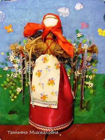 """Вот мои красавицы!  Масленица -  древний языческий праздник до крещения Руси был привязан ко дню весеннего равноденствия (20 или 21 марта).  Это был славянский Новый год- проводы зимы и встреча весны.              Праздник напрямую был связан с поклонением Солнцу, дающему жизнь и силы всему живому. Именно в честь солнца пекли блины, и блин по сути стал символом солнышка: желтый, круглый, горячий. Славяне верили, то вместе с блином они съедают частичку его тепла и могущества.  С введением христианства масленицу, как и многие другие древнеславянские праздники, """"привязали"""" к Пасхе Праздновать   стали в последнюю неделю перед Великим постом, поэтому теперь в разные года Масленица выпадает на разные дни. фото 4"""