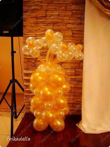 Предлагаю попробовать сделать самостоятельно колонну из воздушных шариков на основе обычной гирлянды. фото 18