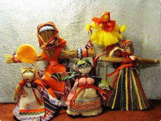 """Вот мои красавицы!  Масленица -  древний языческий праздник до крещения Руси был привязан ко дню весеннего равноденствия (20 или 21 марта).  Это был славянский Новый год- проводы зимы и встреча весны.              Праздник напрямую был связан с поклонением Солнцу, дающему жизнь и силы всему живому. Именно в честь солнца пекли блины, и блин по сути стал символом солнышка: желтый, круглый, горячий. Славяне верили, то вместе с блином они съедают частичку его тепла и могущества.  С введением христианства масленицу, как и многие другие древнеславянские праздники, """"привязали"""" к Пасхе Праздновать   стали в последнюю неделю перед Великим постом, поэтому теперь в разные года Масленица выпадает на разные дни. фото 1"""