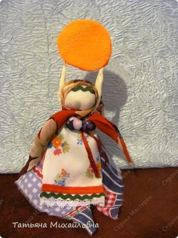 """Вот мои красавицы!  Масленица -  древний языческий праздник до крещения Руси был привязан ко дню весеннего равноденствия (20 или 21 марта).  Это был славянский Новый год- проводы зимы и встреча весны.              Праздник напрямую был связан с поклонением Солнцу, дающему жизнь и силы всему живому. Именно в честь солнца пекли блины, и блин по сути стал символом солнышка: желтый, круглый, горячий. Славяне верили, то вместе с блином они съедают частичку его тепла и могущества.  С введением христианства масленицу, как и многие другие древнеславянские праздники, """"привязали"""" к Пасхе Праздновать   стали в последнюю неделю перед Великим постом, поэтому теперь в разные года Масленица выпадает на разные дни. фото 6"""